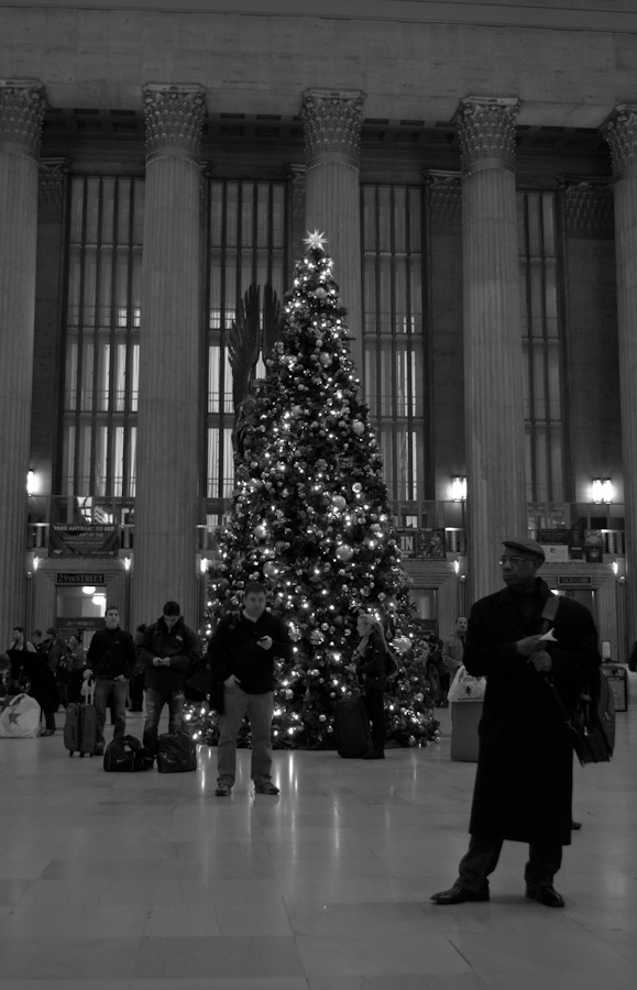 station hall with Christmas tree and travelers